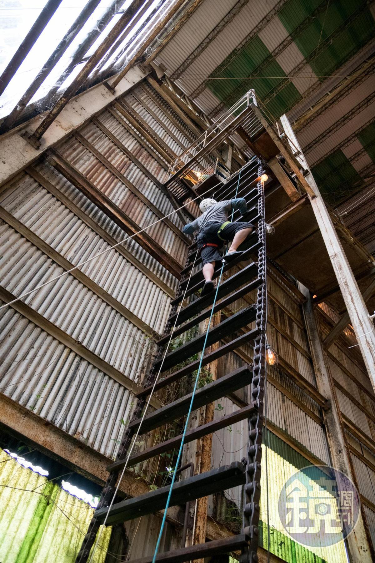 「高空攀爬」以蔗渣輸送帶為繩梯,老糖廠設備成了絕佳極限運動場域。