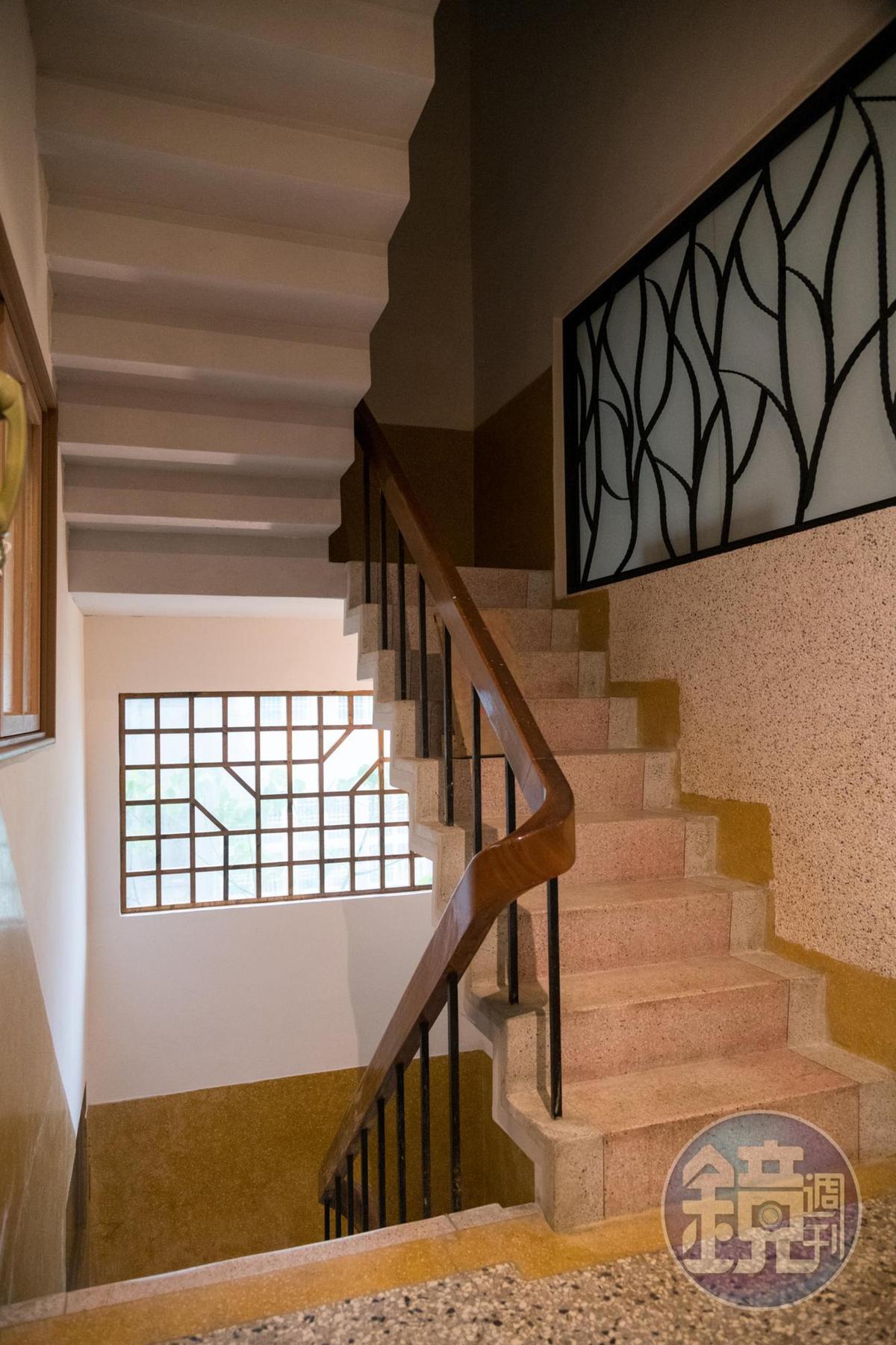 洗石子樓梯和梯窗框住舊時空。