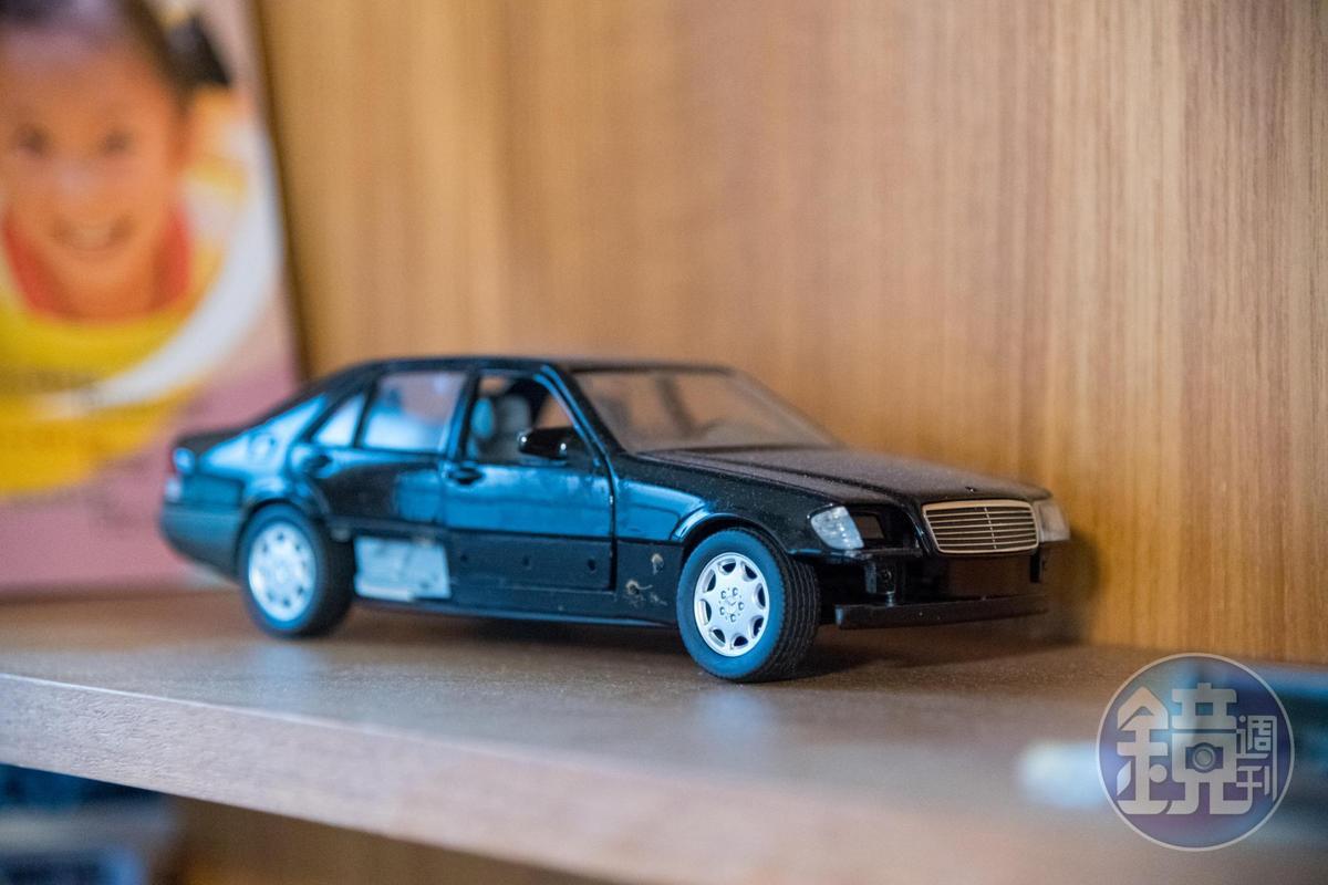 書櫃上擺著阿公的汽車模型。