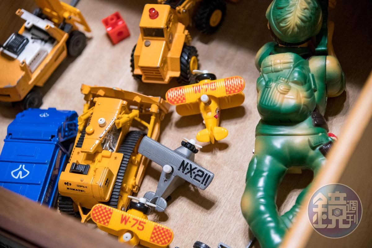 抽屜放著威進的孩提玩具,讓旅人探索老屋故事。