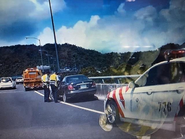 國道6號南投愛蘭段一輛車自撞,卻意外發現車內有一具女屍。(警方提供)
