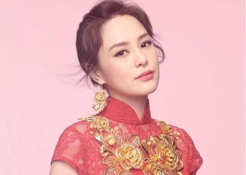 阿嬌鍾欣潼日前拍下新廣告,穿上中式禮服的她,幸福滿滿。(翻攝自鍾欣潼臉書)