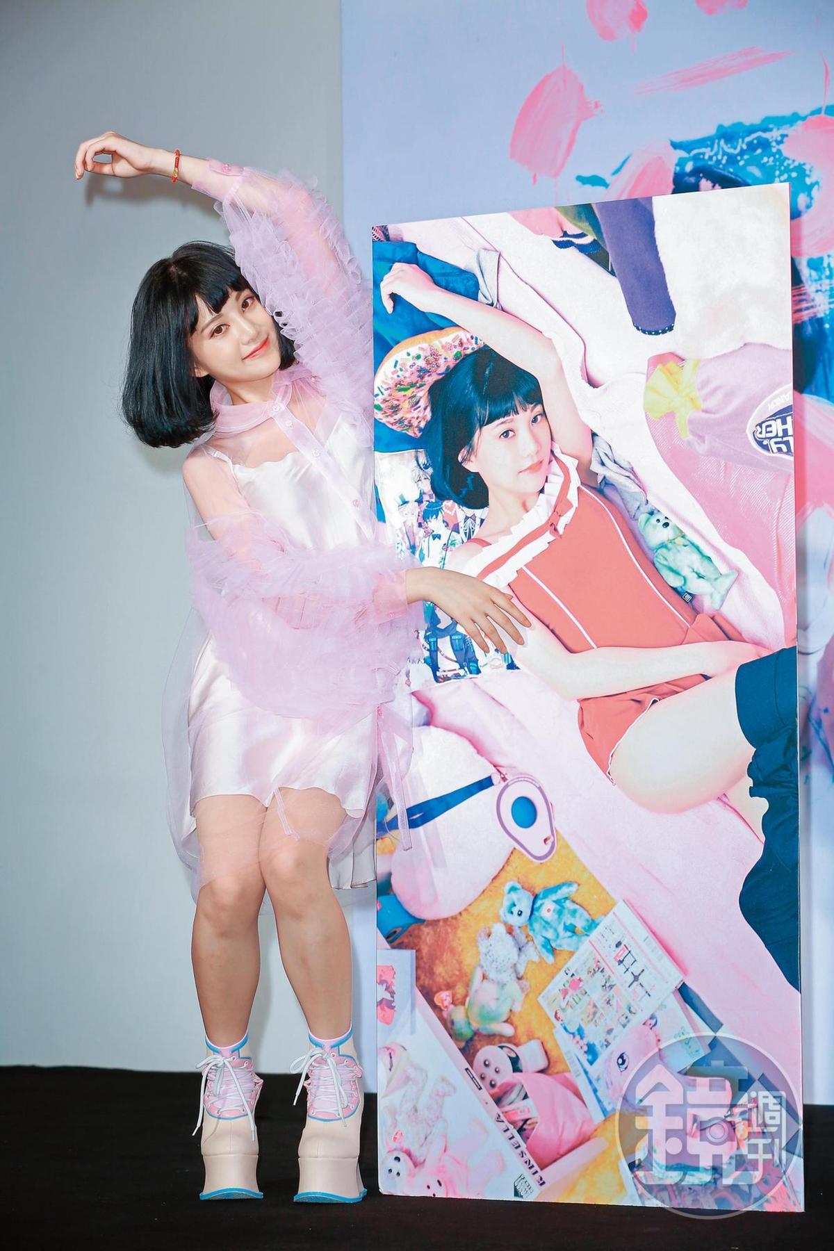 李優擁有大批男性粉絲,發行單曲之外也出版寫真集曝光美照。