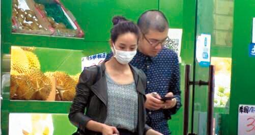 張鈞甯曾被拍到「奶貼」林哲樂,但她否認,並稱照片是角度關係。(翻攝自王牌星探微博)