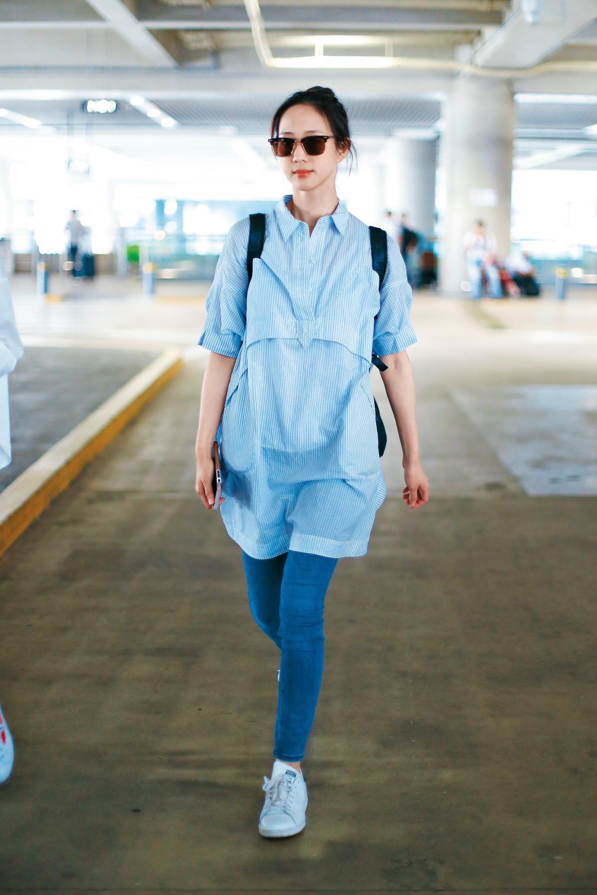 按照粉絲編排的劇本,張鈞甯入了北京機場之後,飛的是韓國,但其實同套裝扮的她,抵達的是上海機場。(東方IC)