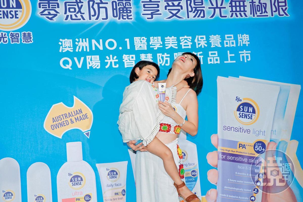 徐小可抱女兒抱得吃力,尤其被女兒「無尾熊抱」時,感覺她腰都快斷了。