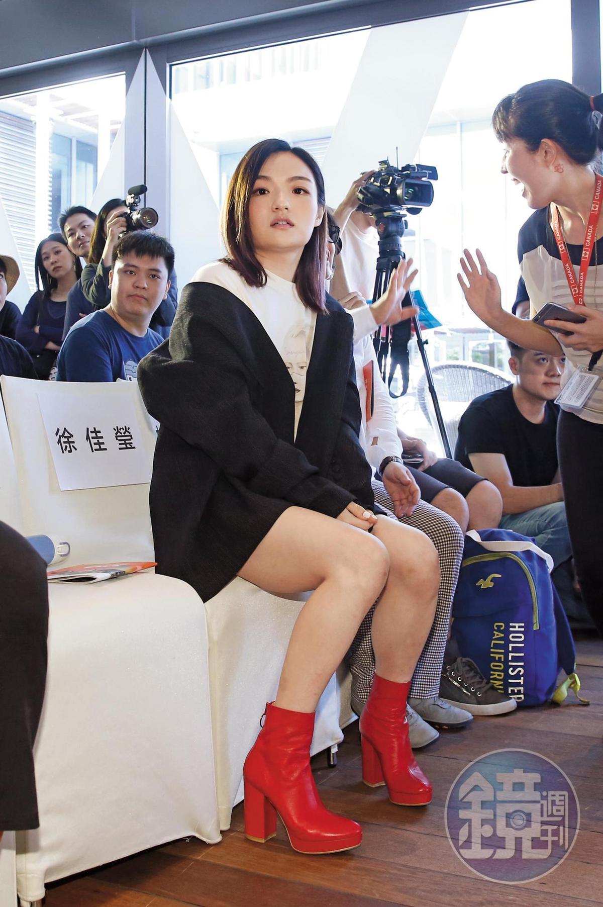徐佳瑩一坐下時,其實腿庫顯得頗具分量;之前媒體還讚她那天的造型是「鉛筆腿」,確實有點over了。