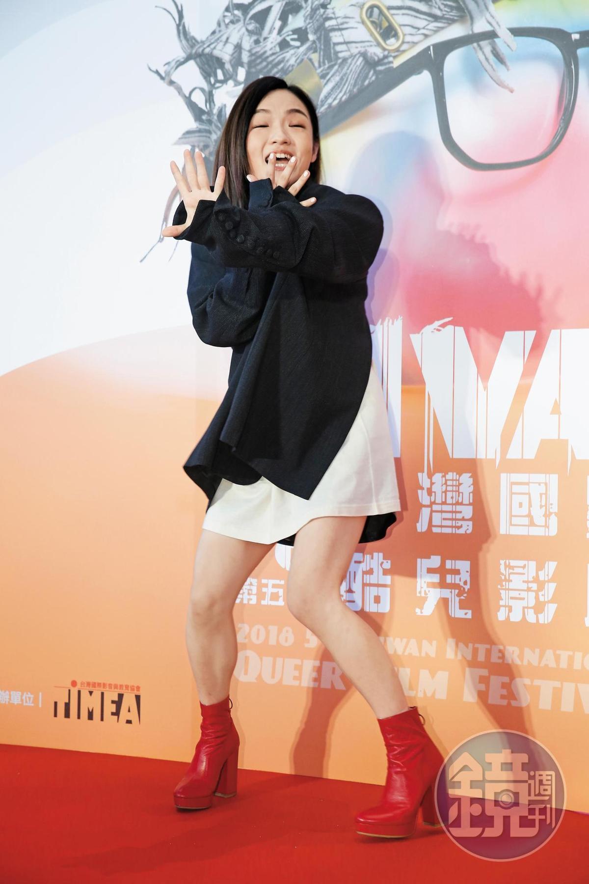 新科金曲歌后徐佳瑩做了一個「擋」的姿勢,感覺整個人非常活潑又沒包袱,而且下半身很顯瘦。
