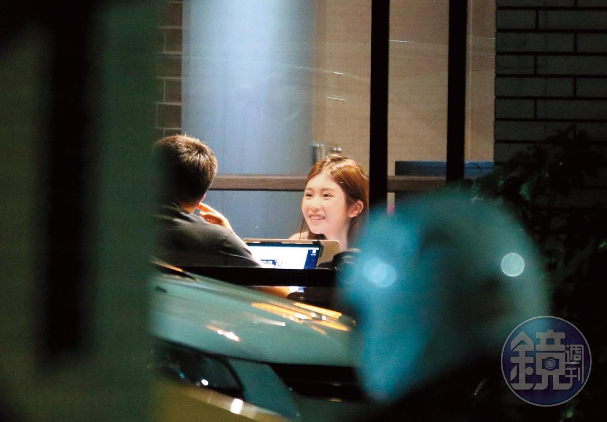 19:51,晚間近8點,雞排妹陪著李伯恩在工作室工作,還會抬起頭對他溫柔微笑,宛如小女人模樣。