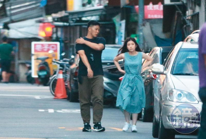 7月14日 18:07,雞排妹與李伯恩在工作室附近散步,一路上李伯恩同樣沿途導覽,2人頻繁對話,看起來很聊得來。