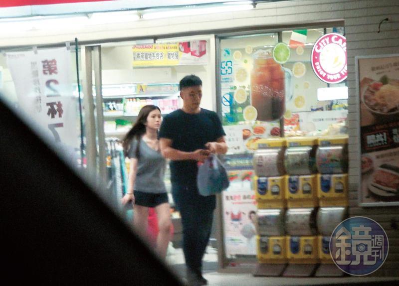 7月17日 20:05,陪雞排妹看完醫生後,李伯恩帶著她到便利商店採買零食,買完之後帶著女生返回他的住處。