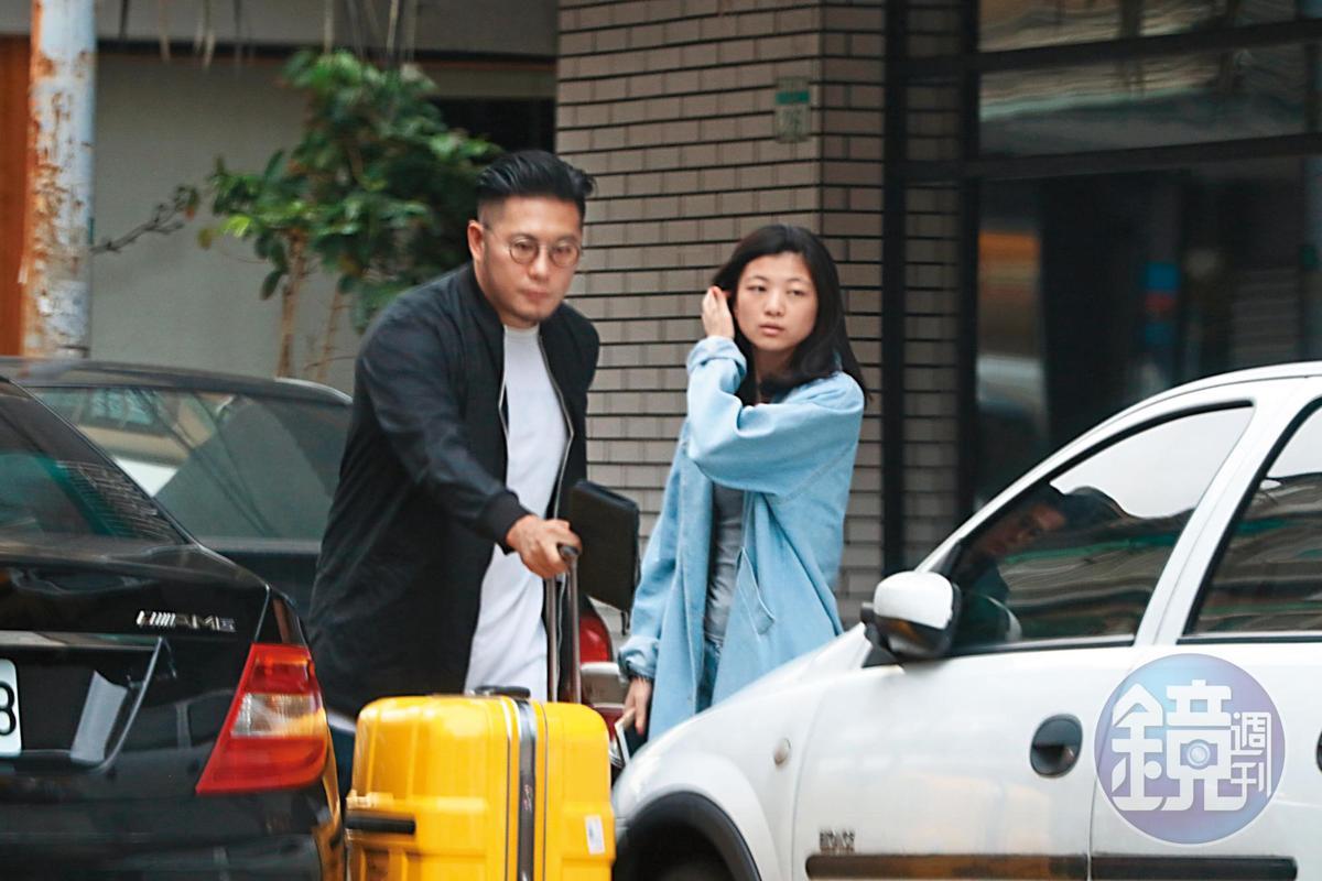 和徐佳瑩分手後,李伯恩曾被拍到和一名外型神似湯唯的女生約會。