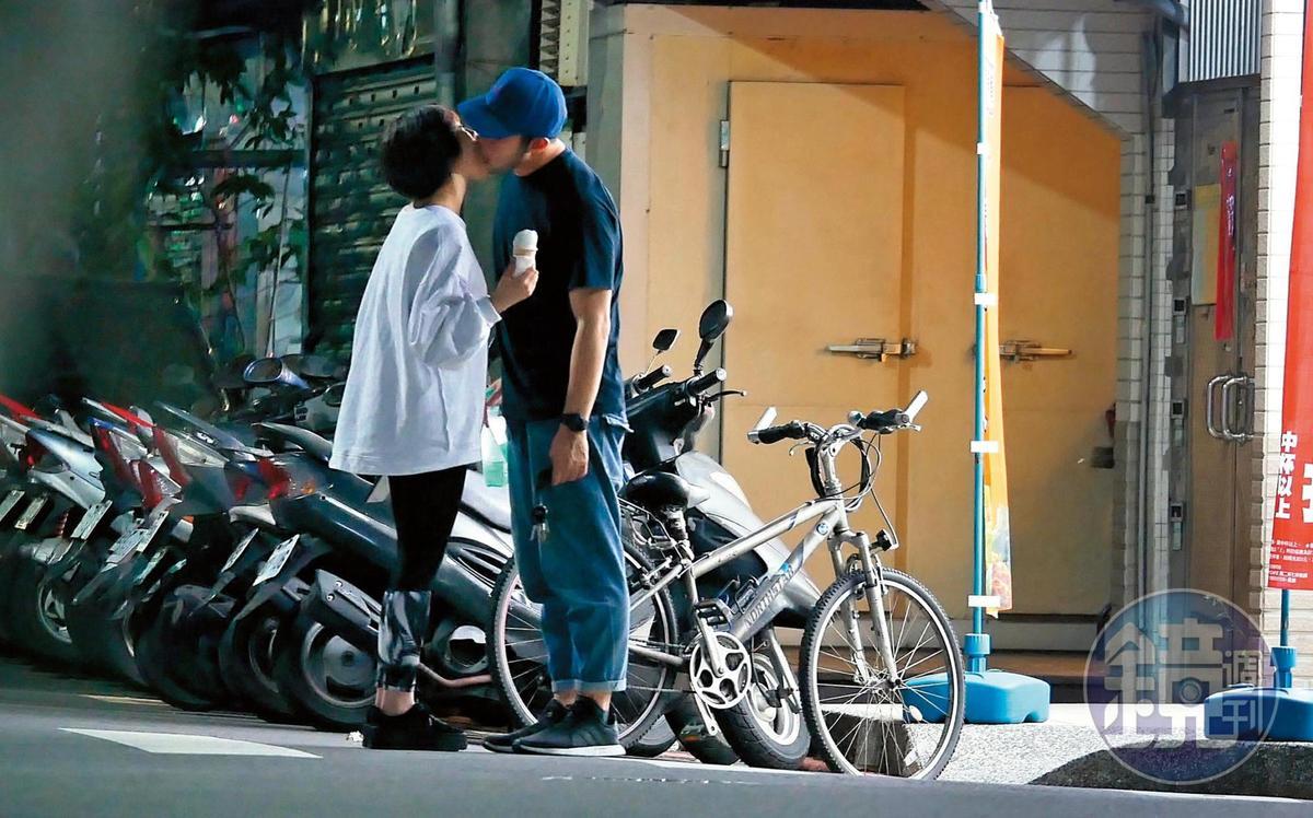 李伯恩(右)異性緣佳,去年還被狗仔直擊與短髮文藝女約會,在路上忘情接吻。