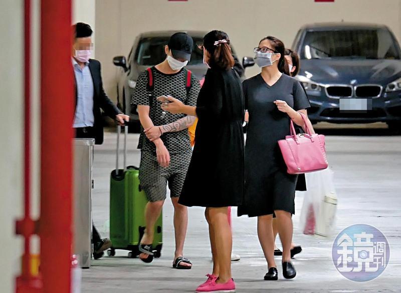 林采緹(右)素顏現身月子中心停車場,身型看來仍有點豐腴。