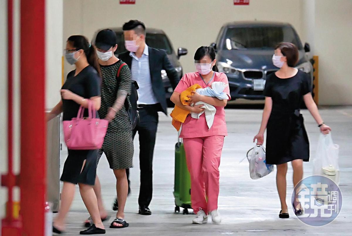 7/19 11:43 林采緹(左一)的兒子由護理人員抱著,胡睿兒(左二)跟在林身後,一邊照看寶寶。