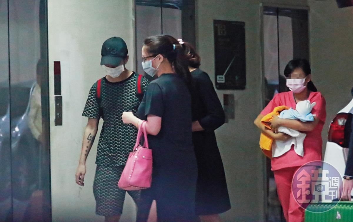 11:44 胡睿兒(左一)戴黑帽、口罩,站在林采緹(左二)身旁,護理師抱著小baby跟在後面。