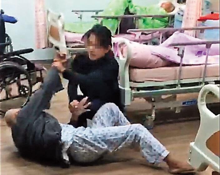 護理長不顧還有院民在房內,暴力壓制長者,長者則被嚇得不斷反抗。(翻攝畫面)