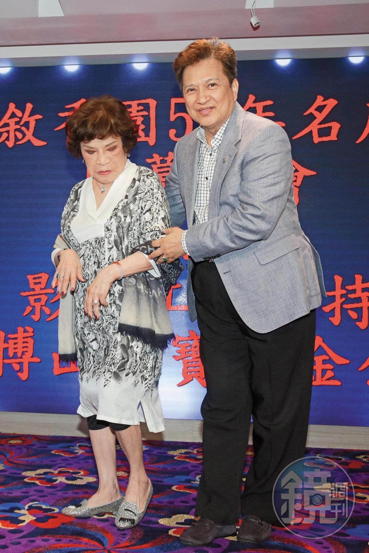 周遊(左)跟李朝永這對夫妻再度勾手恩愛現身,但感覺周遊非常擔心自己腳步有沒踩穩,李朝永則是對著鏡頭微笑比較重要。