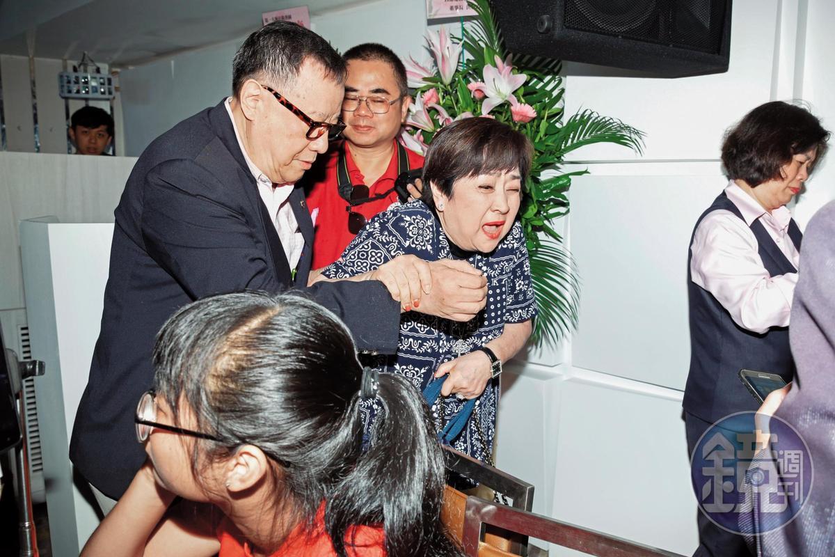 甄珍(右)走著走著看來一臉驚恐,不知差點就發生了啥事,就相對位置推算,江彬(左)在後感覺有點責任。