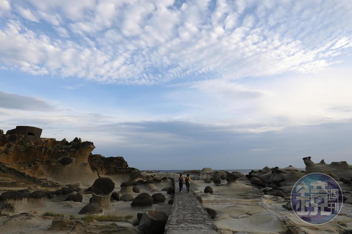 建在奇岩怪石之中的「阿拉寶灣」步道,沿途可欣賞海蝕崖、蜂窩石、蕈狀石等。