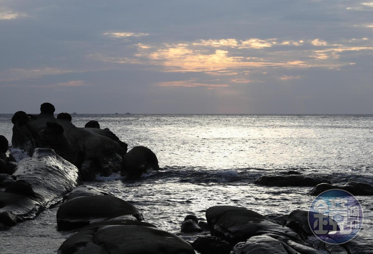 隨著不同時間與光線,海蝕砂岩也變化著不同面貌。