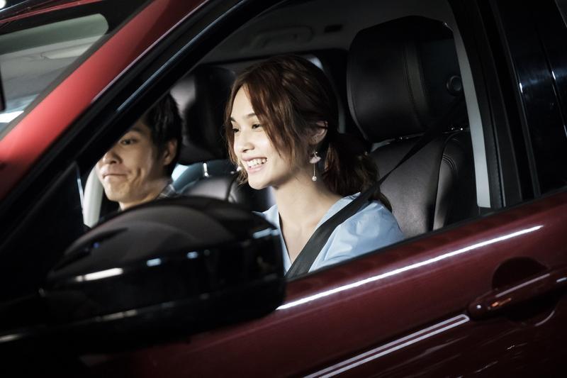 楊丞琳有駕照但沒在開車,戲裡要載藍正龍顯得很緊張。(八大提供)