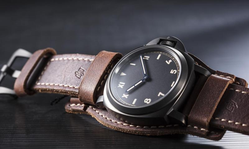 這是沛納海這一波新錶話題之中最搶眼的作品Luminor California 8 Days DLC PAM00779。結合小沛最著名的Luminor龍頭護橋設計,再加上「加州面盤」,經DLC類鑽碳霧黑處理的44mm鈦金屬錶殼,以及P.5000 八日動能手上鏈機芯,同時又附上首度製作的原廠軍用皮革錶帶,等於把所有小沛最好玩的元素一次獻給你,CP值爆表。售價約NT$249,000