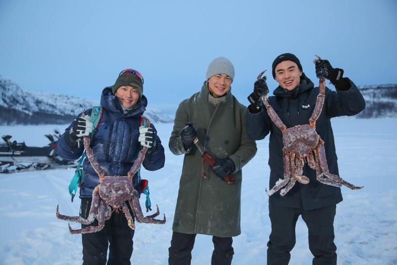 謝霆鋒(左)、阮經天(右)和江振誠組成新一代「抓蟹」男團,在北極海岸上成功捕獲數隻特大帝王蟹。(亞旅提供)