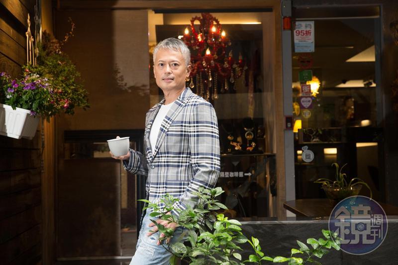 郭俊宏每月領到配息不忘再投資,「紀律」讓他提早邁入退休生涯。