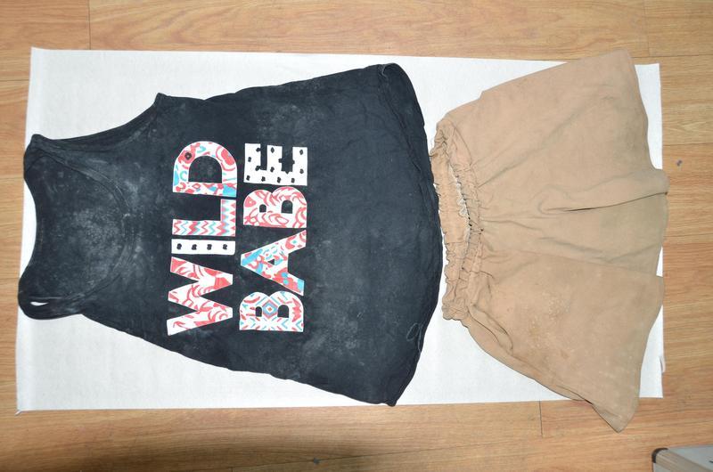 宜蘭大學厠所女屍遺留在厠所外的衣褲。(警方提供)