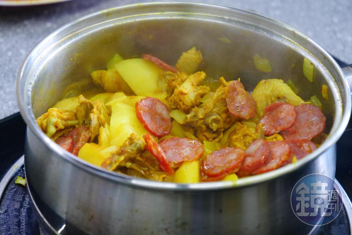 將醃漬好的雞肉倒進鍋內,燜煮2次共7分鐘,就算大功告成。