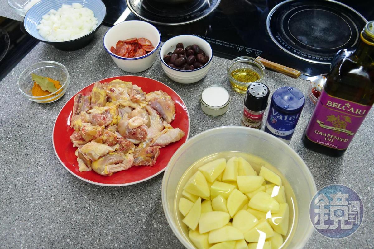 葡國雞的食材展現葡萄牙人航海的軌跡,有黃薑粉、月桂葉、洋蔥、乾椰子粉、白酒、椰奶、番茄醬、葡式臘腸與黑橄欖。