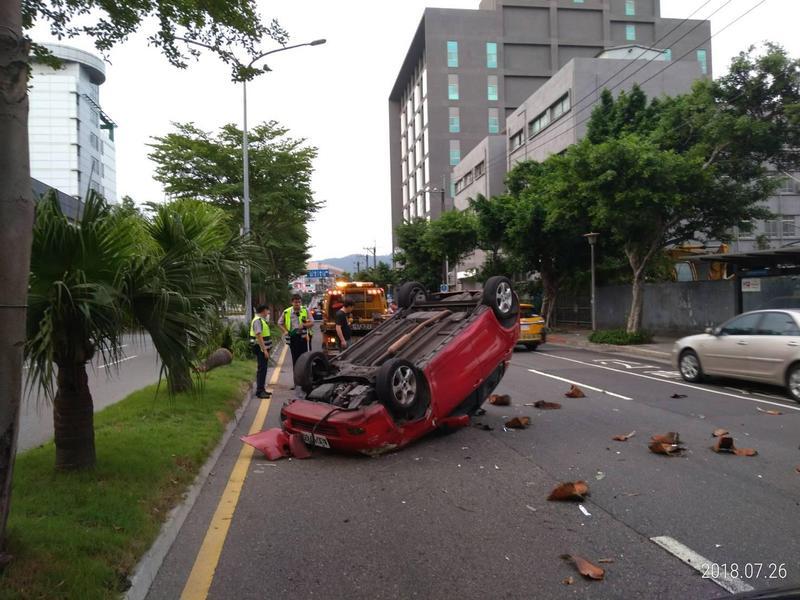 林姓女駕駛撞擊路旁小客車失控,撞上分隔島椰子樹後翻車,畫面令人怵目驚心。(警方提供)