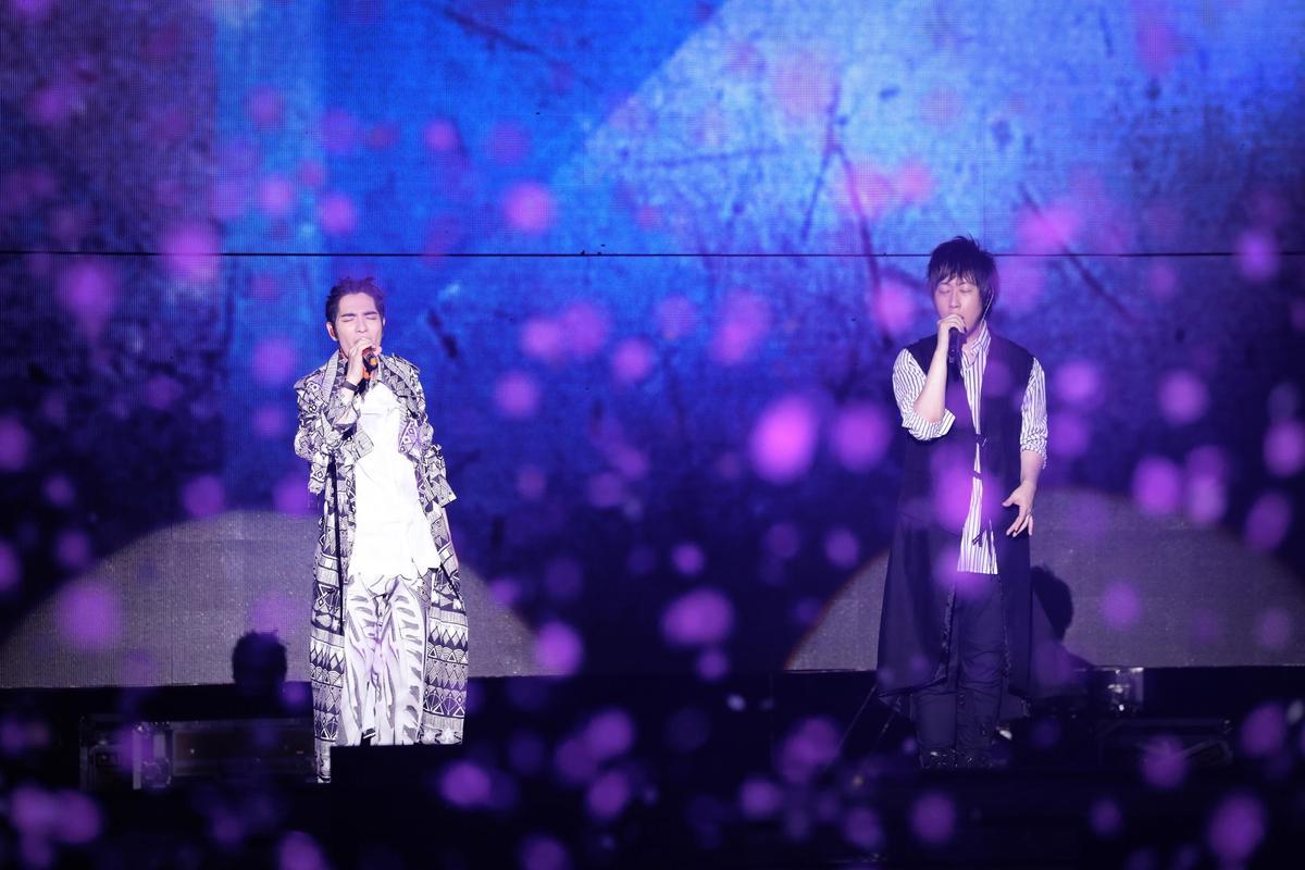 五月天上海演唱會找來蕭敬騰當嘉賓,除了〈凡人歌〉、阿信創作的〈疼愛〉也登場。(相信音樂提供)