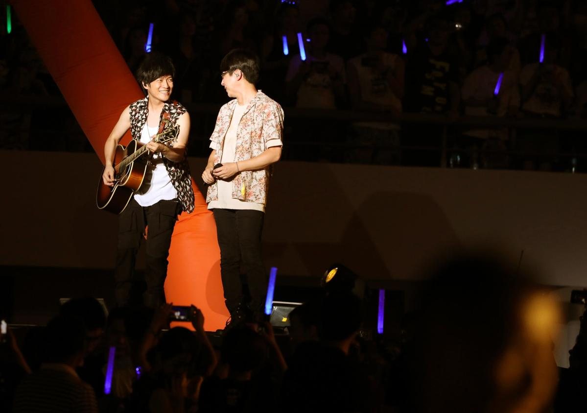 面對上海高溫,五月天特別加唱歌曲應景歌曲送給台下歌迷。(相信音樂提供)