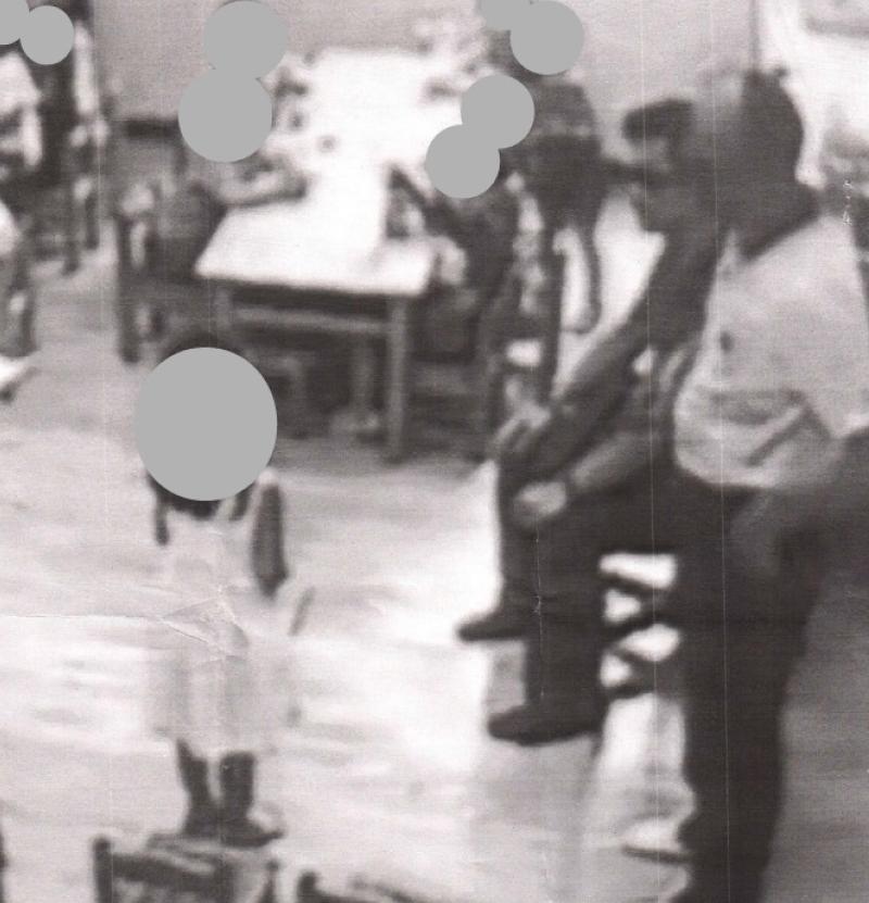 花蓮地檢署檢察官林俊佑(右方坐著戴墨鏡者)被爆濫權帶警員(右站立者)到女兒就讀的幼兒園恐嚇孩童。(李麗芬辦公室提供)