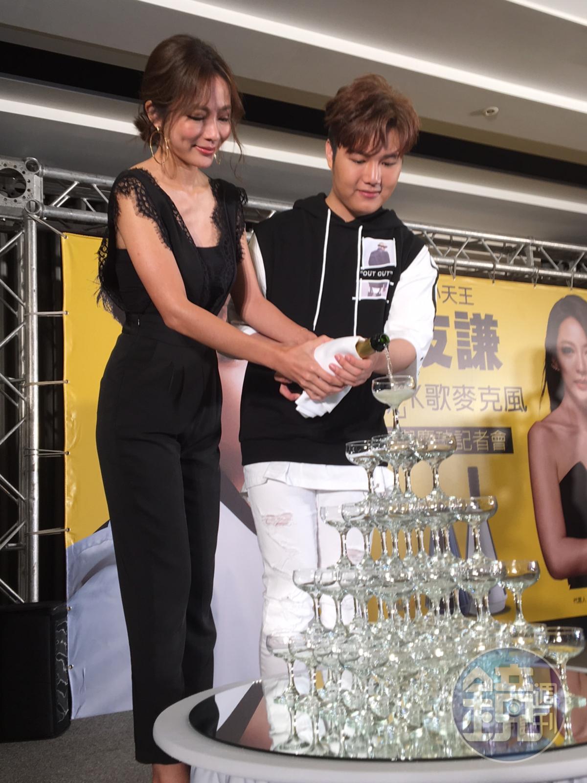 高宇蓁和蘇友謙一同倒香檳慶祝「聽籟麥克風」賣出好成績。(郭曉芸攝)
