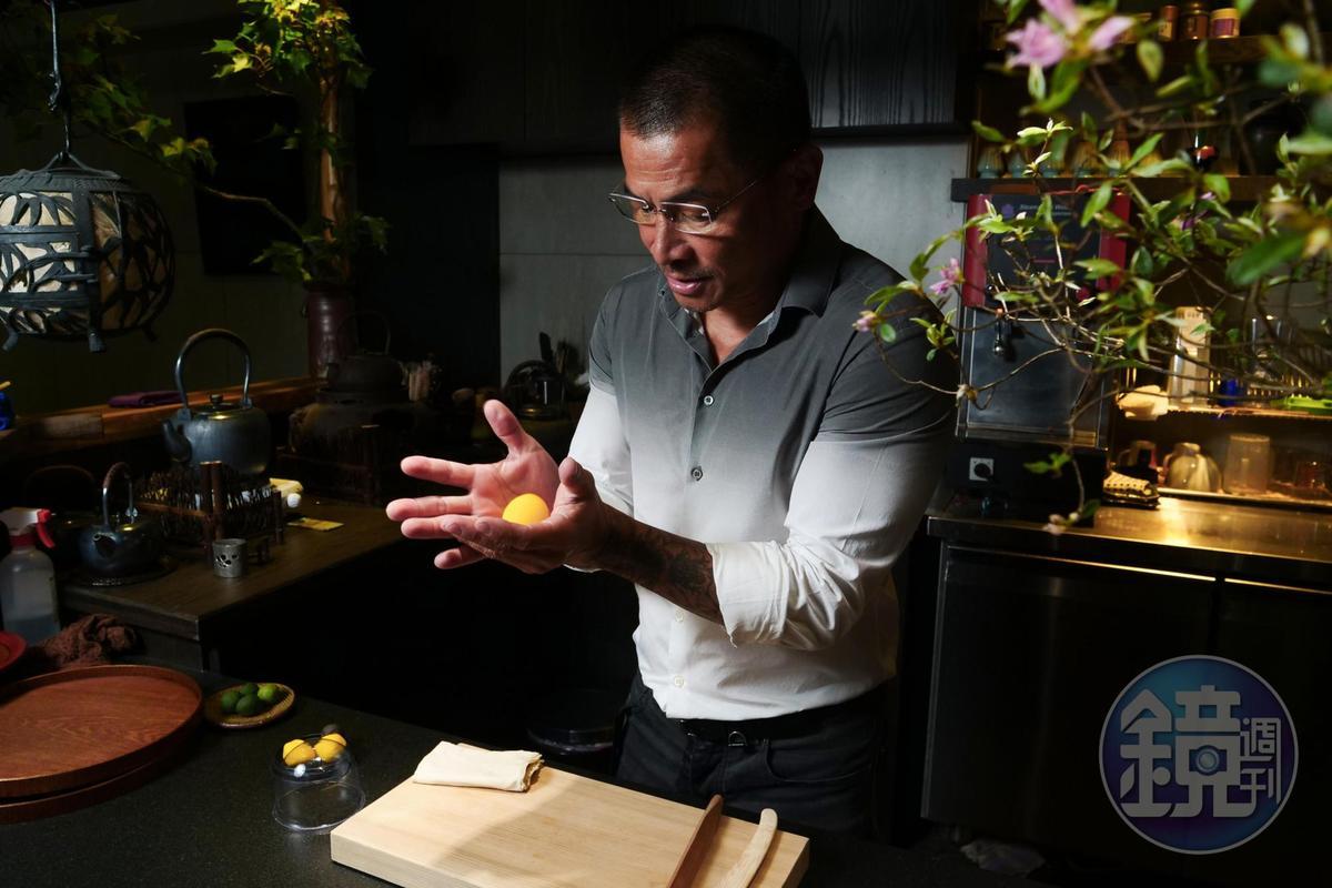 調色過後的白豆沙團,在老闆楊裕明手裡塑形自如。