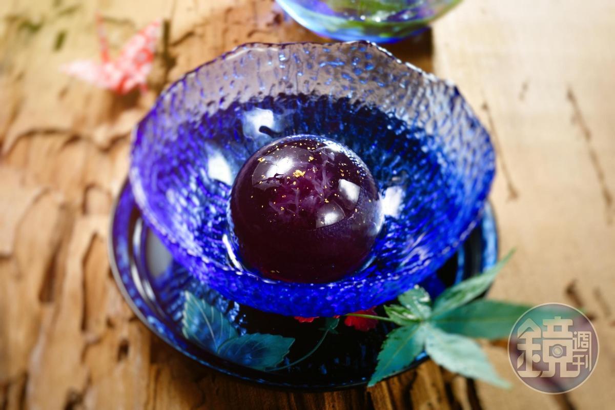 以蝶豆花、檸檬、寒天製作的「夏日星辰」,靈感從老闆夏天去綠島夜遊,偶然抬頭看見的紫色蒼穹而來。(160元/份,夏季限定)