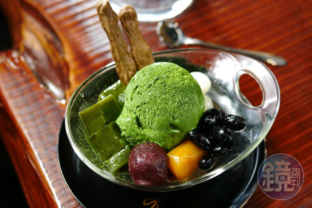 「綠の寶」可不是抹茶冰淇淋,而是義式冰淇淋Gelato,組合上黑豆、白玉、抹茶凍、焙茶蛋白餅,令人驚喜。(220元/份)