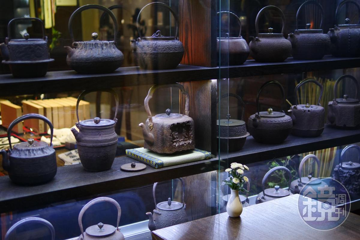 玻璃櫃裡的茶壺老件,是老闆多年來的收藏,古意典雅。