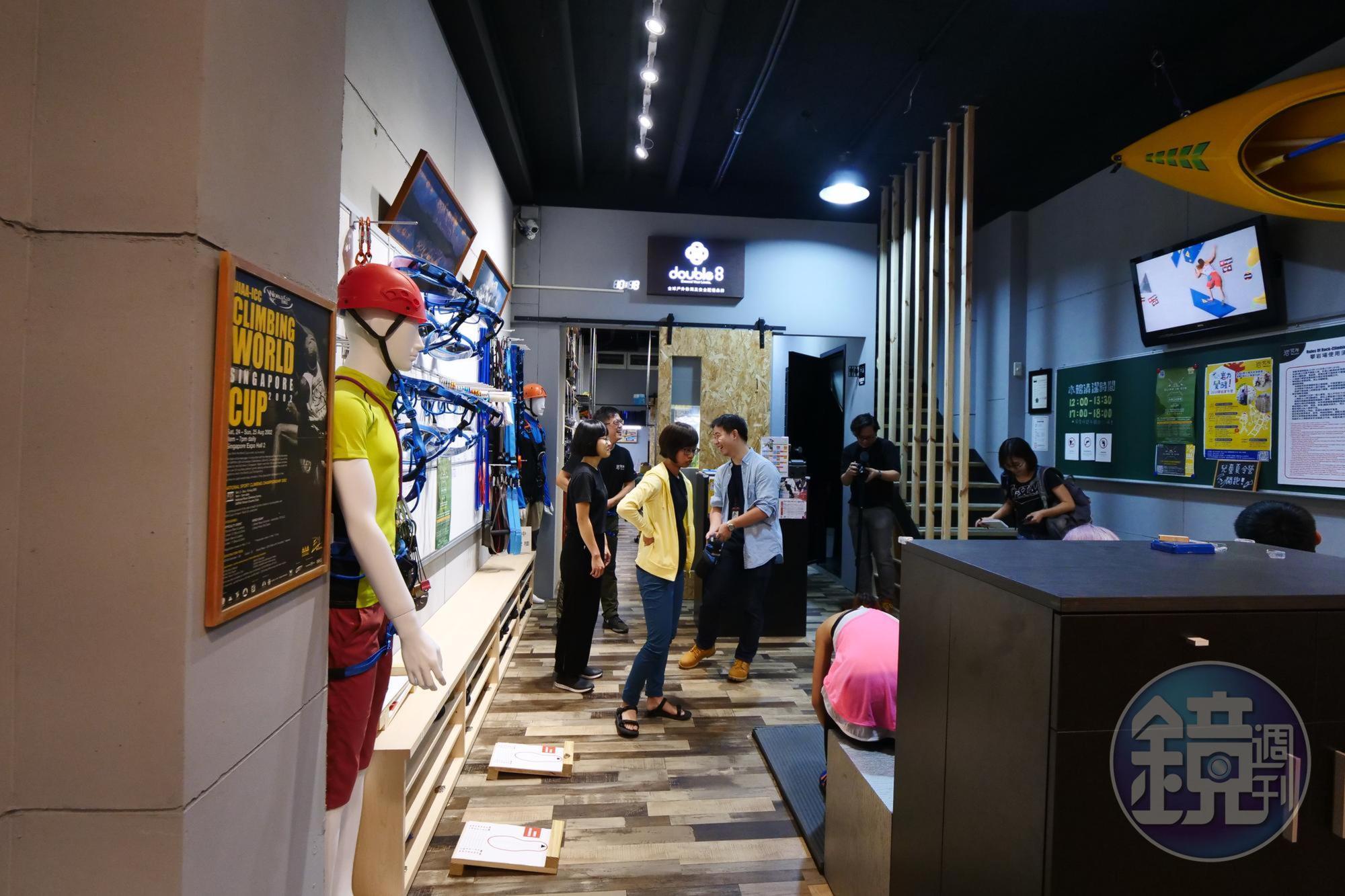 岩究所一樓展示專業攀岩設備。
