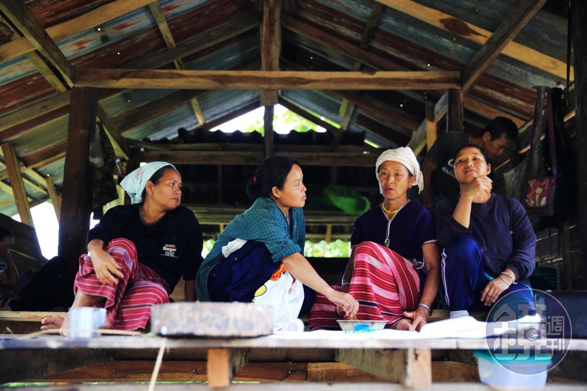 下著細雨的午後,婦女們喜歡坐在高腳屋的地板上歇息納涼。