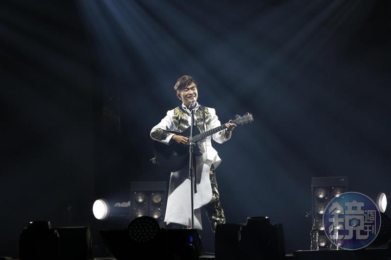 吳宗憲一上台自彈自唱,展現自己在音樂上的才華。