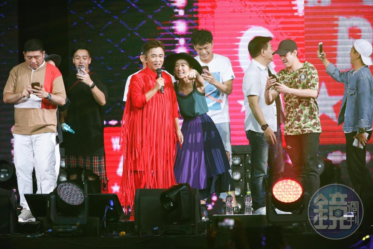 吳宗憲與他的綜藝咖好友群在台上一起大合唱,氣氛非常歡樂。