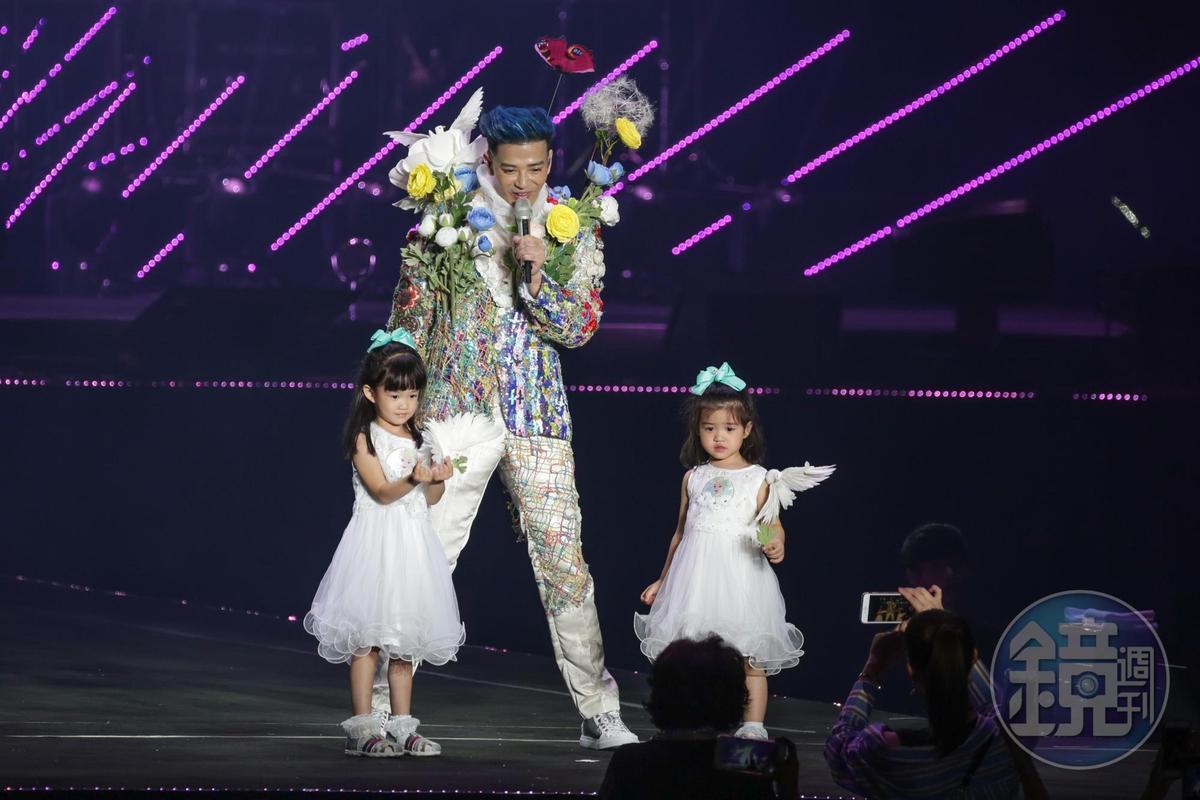 陳曉東把女兒朵朵、多多也請上台,三人大跳海草舞娛賓。