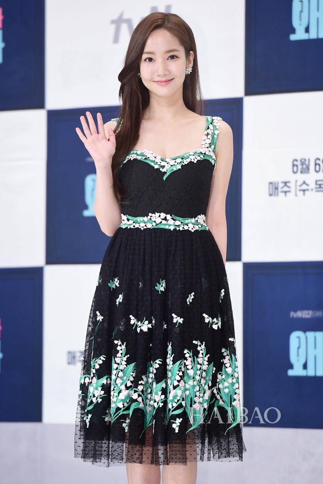 出席宣傳活動時的朴敏英,以Blumarine珠繡蕾絲洋裝現身。(Blumarine提供)