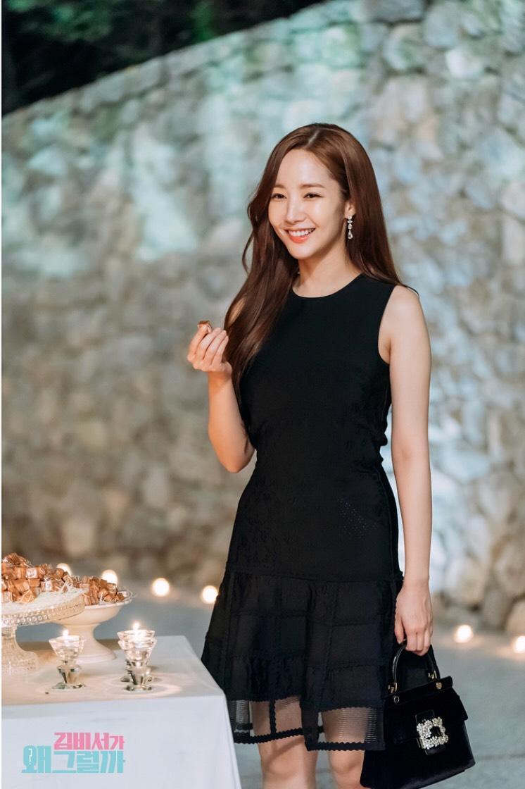 黑色蕾絲洋裝時的金祕書,手拎RV包款,優雅端莊。(翻攝自tvNdrama.official IG)