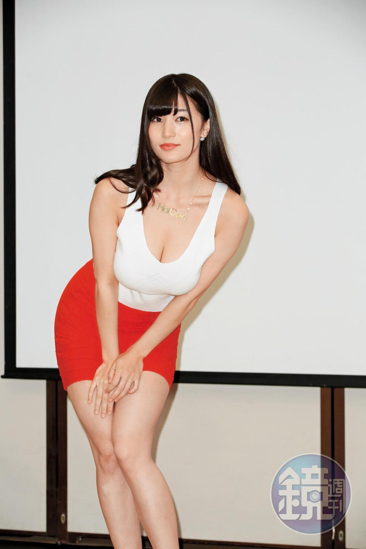 雖然穿得好好,但拍照時該有的,高橋聖子怎麼會不給您?不但調降一對胸部、露出奶溝之外,還摀住下面故做性感pose。