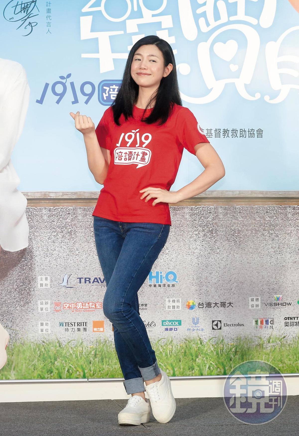演出《神鵰俠侶》讓陳妍希成為女星界的小籠包掌門人,如今她已渾臉盡失小籠包味,改比韓系愛心手指。